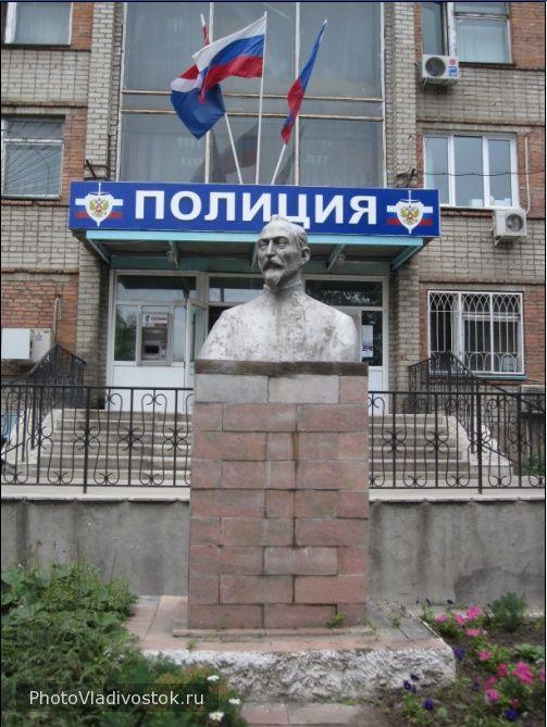 памятник у здания УВД. Артем. Фотографии Владивостока